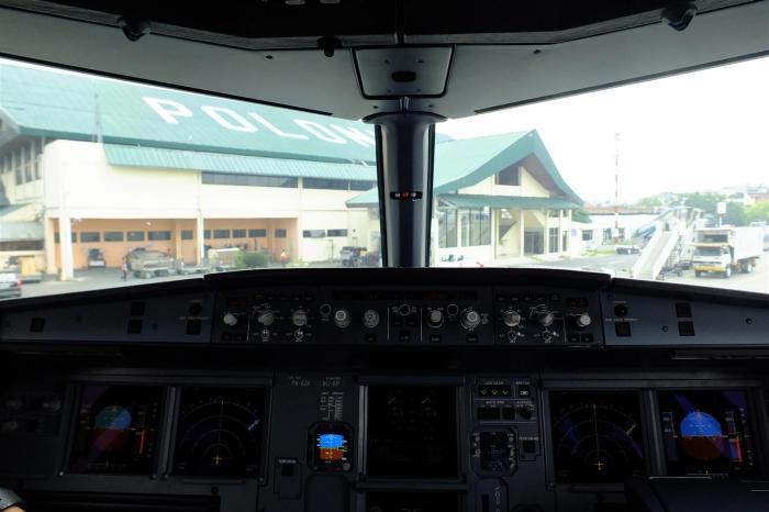 Pemandangan dari cockpit ketika mendarat di Bandara Polonia, Medan, untuk pertama kali